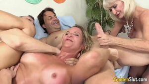 American cougar wants group sex in HD